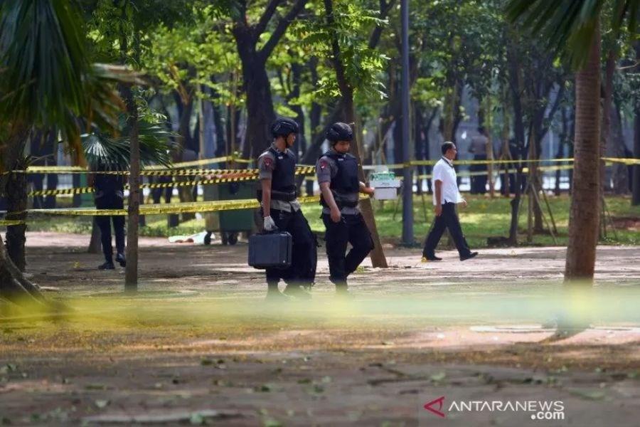 印尼首都市中心3日發生爆炸,2人受傷。圖為爆炸後警方檢查現場。(安塔拉通訊社提供)