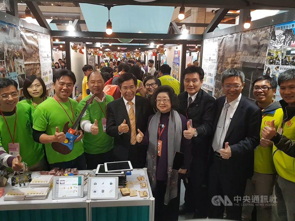 台灣教育科技展4日起開展,教育部長潘文忠(左5)和次長范巽綠(右5)特地到馬祖攤位加油打氣,並對成果讚譽有加。(連江縣政府)中央社 108年12月4日