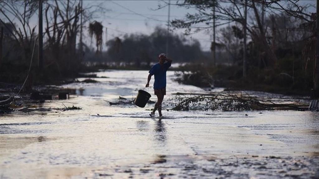 2日晚間登陸的北冕颱風侵襲菲律賓中部畢科爾區,引發數以千計居民強制撤離。(安塔拉通訊社提供)