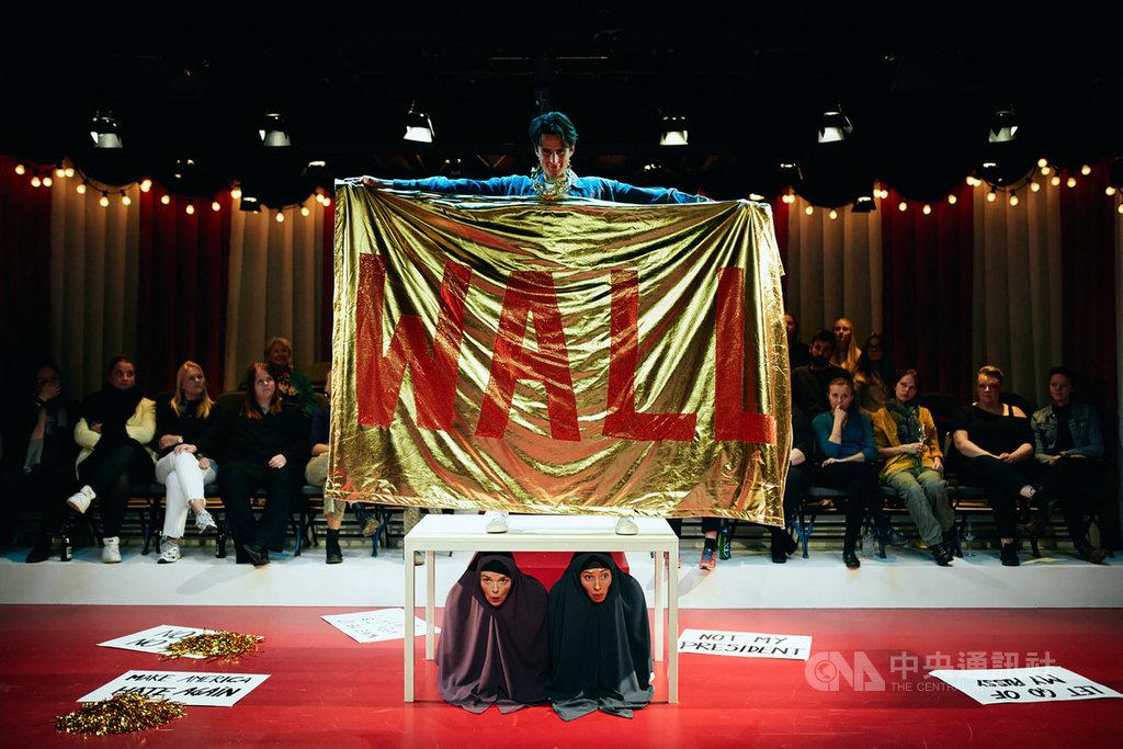 台灣莎妹劇團與丹麥屋舍劇院共製舞台劇「人民之王」,劇中描述一個財大氣粗、俗不可耐的獨裁者,如何帶領國家走上毀滅的道路,舞台劇日前在哥本哈根演出,預計2020年12月回到台灣演出。(莎妹劇團提供)中央社記者趙靜瑜傳真 108年12月4日