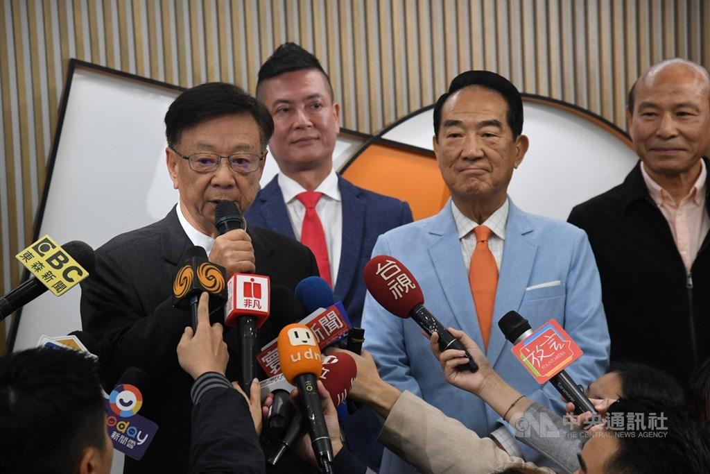 親民黨11月20日公布不分區立委名單,其中最大亮點是聯電榮譽副董事長宣明智(左)排第3,他與親民黨主席宋楚瑜(右2)一起接受媒體採訪。中央社記者王飛華攝 108年11月20日