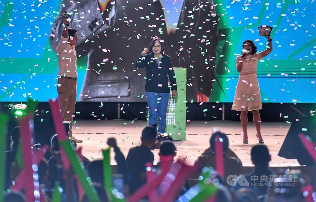 「社群之夜-人蔘衝一波」活動3日晚間在南港展覽館2館舉行,總統蔡英文(後中)出席與會,在台上接受支持群眾歡呼。中央社記者王飛華攝 108年12月3日