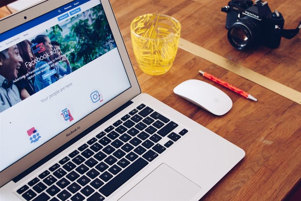 Facebook公開台灣廣告檔案庫報告,以容易閱讀的方式提供大眾廣告相關內容,包含台灣刊登中的政治或選舉相關廣告數量、目前台灣粉絲專頁或參選人的廣告整體花費等。(圖取自Unsplash圖庫)