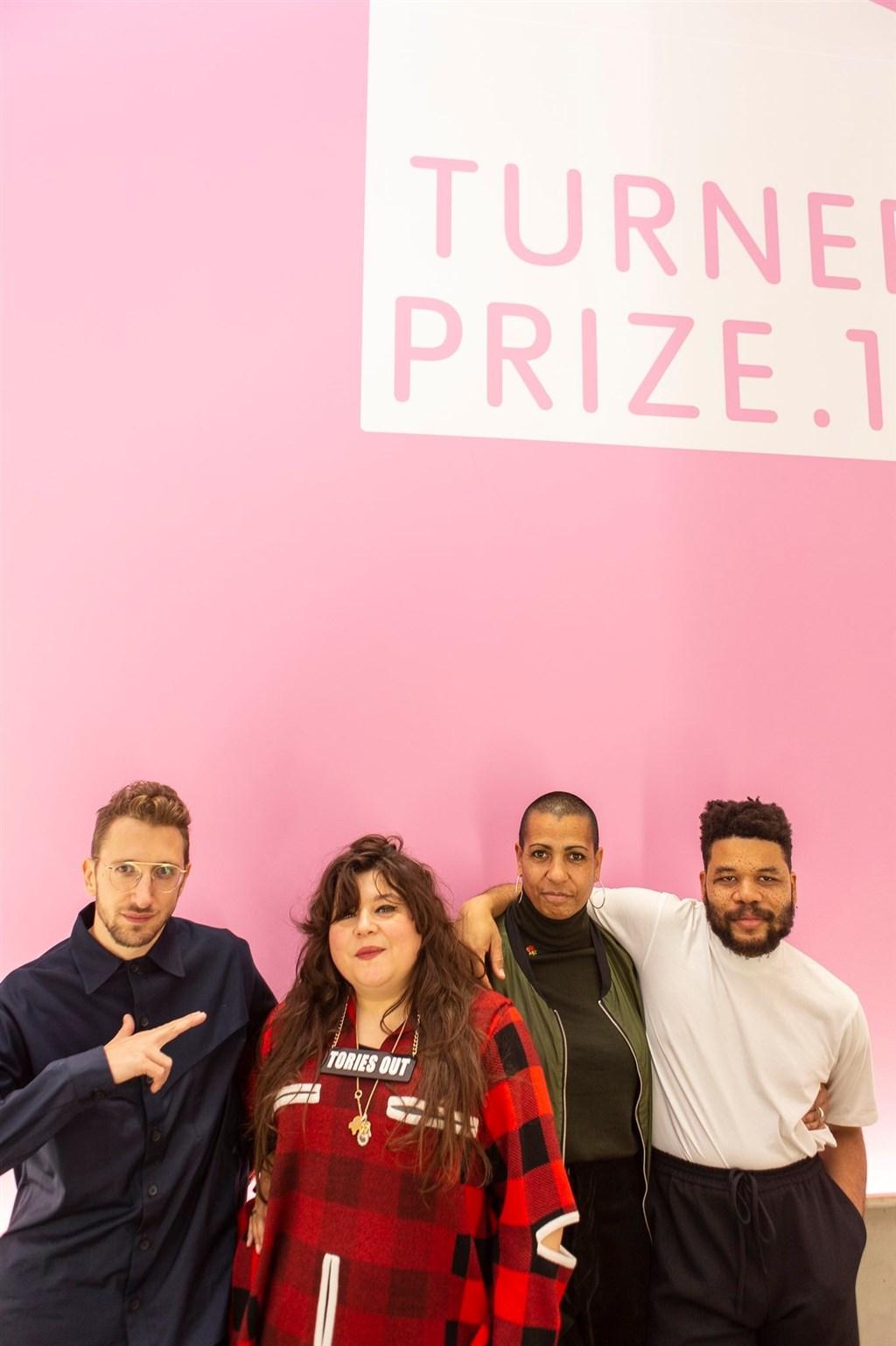 英國當代藝術大獎特納獎順應入圍者要求,首度誕生4名共同獲獎人。左起分別是約旦藝術家哈姆丹、 英國藝術家沙尼、凱莫克和哥倫比亞藝術家穆利優。(圖取自twitter.com/TCMargate)