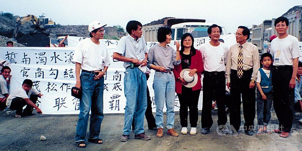 民進黨立委蘇治芬(前排左3)在個人臉書發表20多年前農民抗議濁水溪砂石的照片,她4日受訪表示,為了疏濬而開採濁水溪砂石相當合理,但當年是被少數人的貪心把持來獲取利益,那是讓人無法接受的。(蘇治芬提供) 中央社記者姜宜菁傳真 108年12月4日