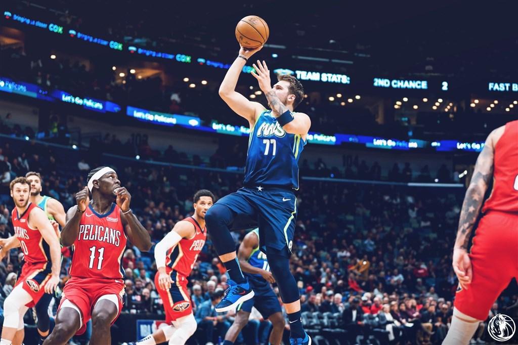 美國職籃NBA達拉斯獨行俠隊的唐西奇(中)3日抓下生涯新高的18個籃板,率隊以118比97擊敗地主紐奧良鵜鶘。(圖取自twitter.com/MavsPR)