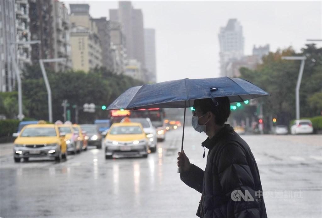 受東北季風影響加上南方雲系北移,4日全台降雨機率明顯提高。(中央社檔案照片)