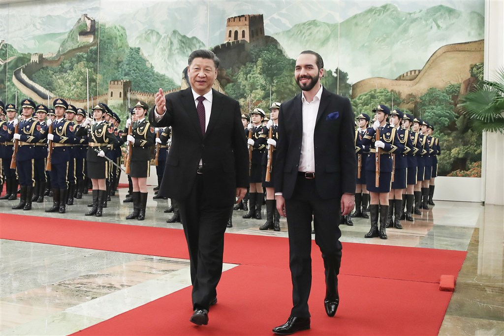 薩爾瓦多總統布格磊(右)本週在北京拜會中國國家主席習近平(左),3日表示中國將協助薩國興建體育館和水處理廠等重要基礎建設。(中新社提供)