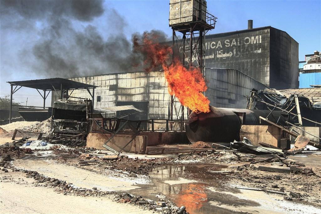 蘇丹官員表示,首都喀土木一輛氣槽車3日在一間瓷磚工廠爆炸並引發大火。(法新社提供)