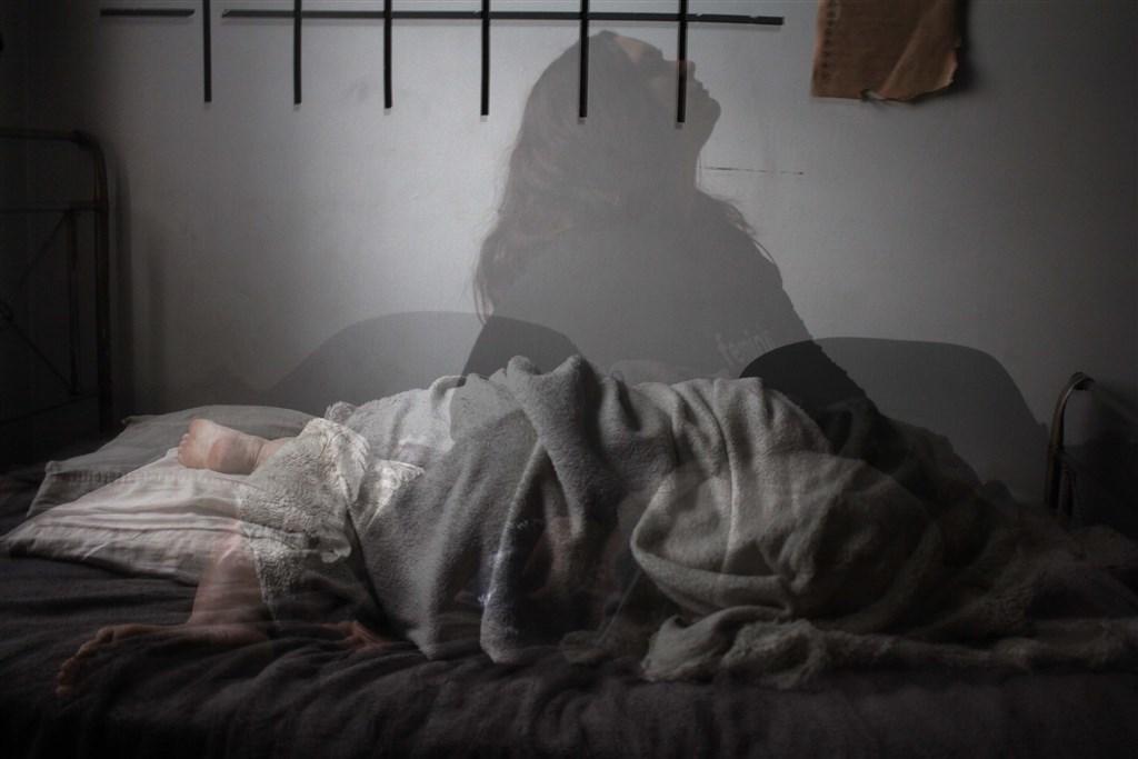 長期失眠對身體影響大,醫師表示,一週若有2次難以入睡、睡睡醒醒、有睡像沒睡、嚴重睡眠不足問題應儘速就醫。(示意圖/圖取自Unsplash圖庫)