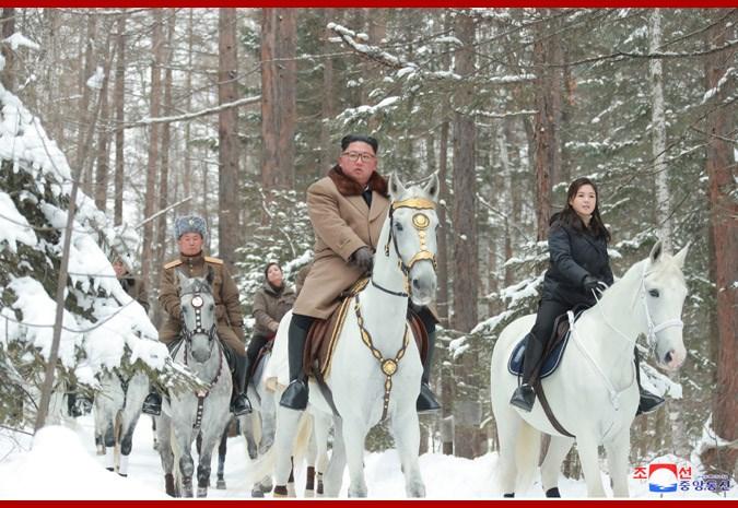 北韓領導人金正恩(中)由將領陪同,與妻子李雪主(右)騎馬登白頭山。(圖取自北韓中央通信社網頁kcna.kp)