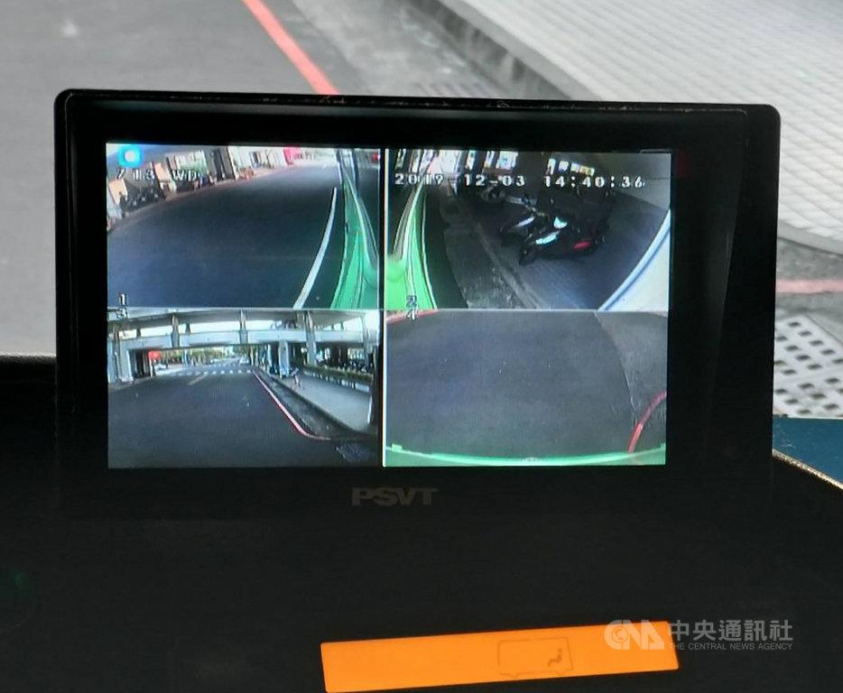 為降低大型車輛轉彎因視野死角產生交通事故,台南市政府所屬1096輛大型車輛,在11月底前全數完成行車視野輔助系統裝設。(台南市政府提供)中央社 108年12月4日