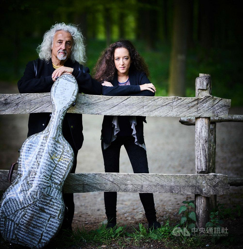 俄國大提琴名家米夏.麥斯基(Mischa Maisky)(左)帶著鋼琴家女兒莉莉.麥斯基(Lily Maisky)(右),灌錄了一張「20世紀經典作品選」,突破古典傳統框架,為大提琴打造更多當代新面貌。(環球唱片提供)中央社記者趙靜瑜傳真  108年12月5日