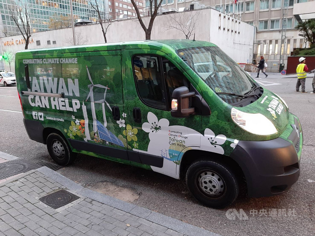 聯合國氣候會議2日至13日在西班牙馬德里舉行,一輛塗裝著廣告的小巴士在馬德里街頭繞行,凸顯台灣在對抗地球暖化可扮演的角色。(外交部提供)中央社記者林育立柏林傳真 108年12月5日