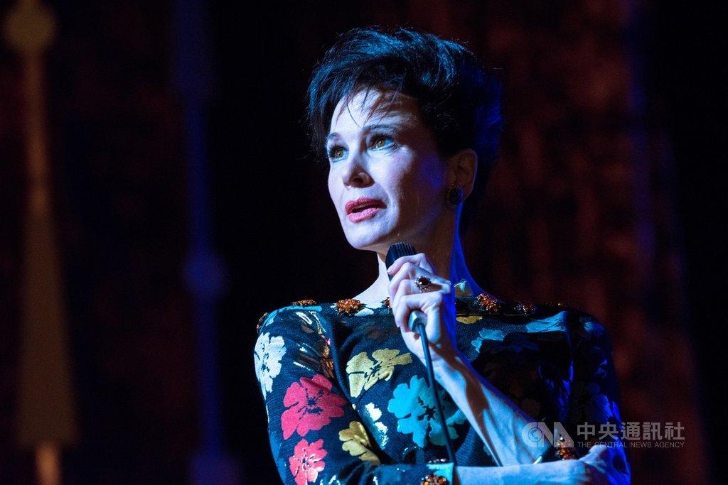 女星芮妮齊薇格(Renee Zellweger)(圖)在電影「茱蒂」(Judy)中,完美詮釋「傳奇天后」茱蒂嘉蘭(Judy Garland)的人生,演出大獲好評,從2日到4日,每天都獲得一個影后獎項。(采昌國際多媒體提供)中央社記者洪健倫傳真 108年12月5日