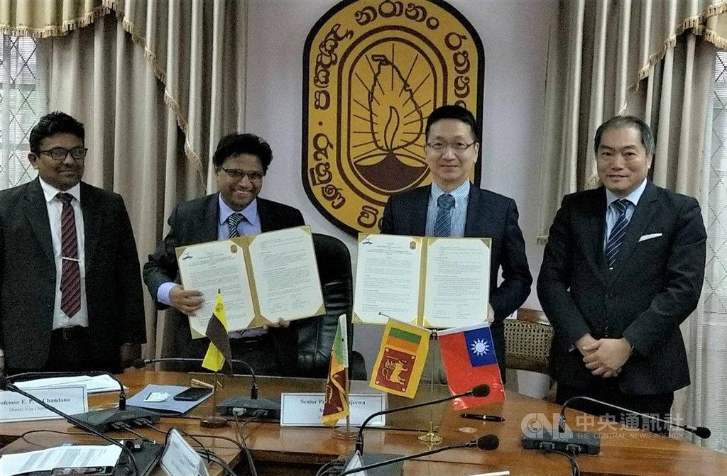 台灣斯里蘭卡海洋研究站合作備忘錄簽署儀式4日在斯里蘭卡魯胡納大學舉行,參加者包括魯胡納大學副校長錢達納(E P S Chandana,左起)、校長阿瑪拉賽納(Sujeewa Amarassena)、國立中山大學研發長周明奇與駐印度代表處科技組長陳和賢。(駐印度代表處科技組提供)中央社記者康世人新德里傳真  108年12月5日