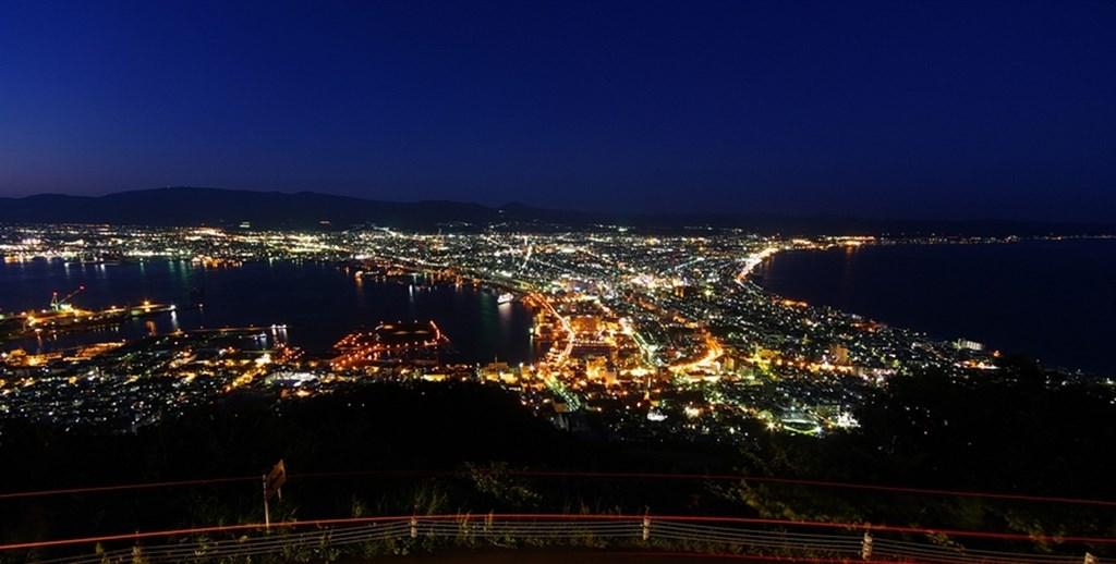 曾以世界三大夜景之一享譽的北海道函館市,是知名觀光城市,不過居民卻年年外移。(圖取自函館市觀光資訊官方網站hakodate.travel/cht)