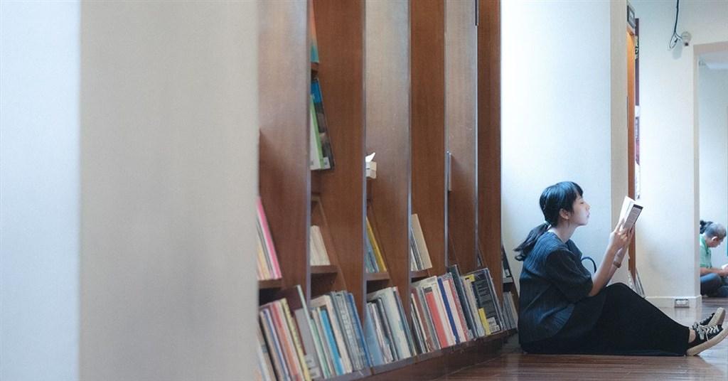 誠品書店4日公布報告預測2025年閱讀趨勢,人文和心理類書籍將超越文學類成讀者最愛。(圖取自facebook.com/eslite)