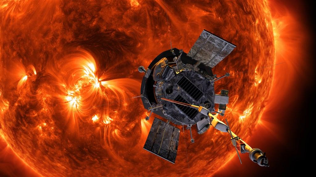 科學家4日說,NASA的帕克太陽探測器以目前最近的距離飛掠太陽後仍安然無恙,已經傳回關於太陽高溫外圍大氣日冕的一批「驚人」數據。圖為帕克太陽探測器模擬圖。(圖取自帕克太陽探測器網頁parkersolarprobe.jhuapl.edu)