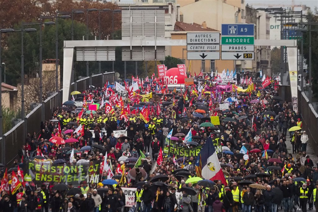 法國工會5日展開無限期全國大罷工,造成國內大眾運輸、學校和其他服務癱瘓。(法新社提供)