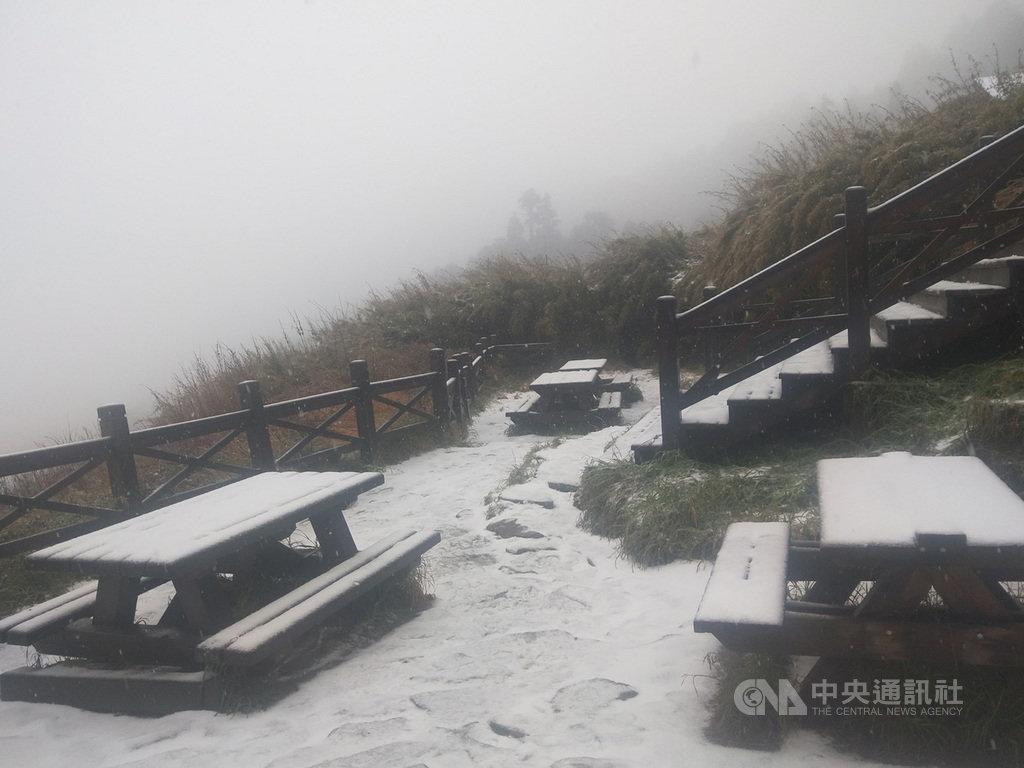 海拔逾3000公尺的雪山三六九山莊6日降下皚皚白雪,戶外桌椅被白雪覆蓋。(布農卡里布灣高山協作提供)中央社記者魯鋼駿傳真 108年12月6日