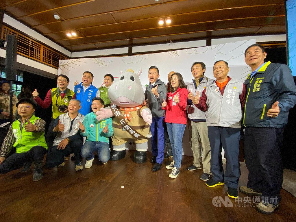 新竹市立動物園推出專屬吉祥物河馬「樂樂」,6日由新竹市長林智堅(右5)授證,聘任樂樂為動物園的行銷專員。中央社記者魯鋼駿攝 108年12月6日