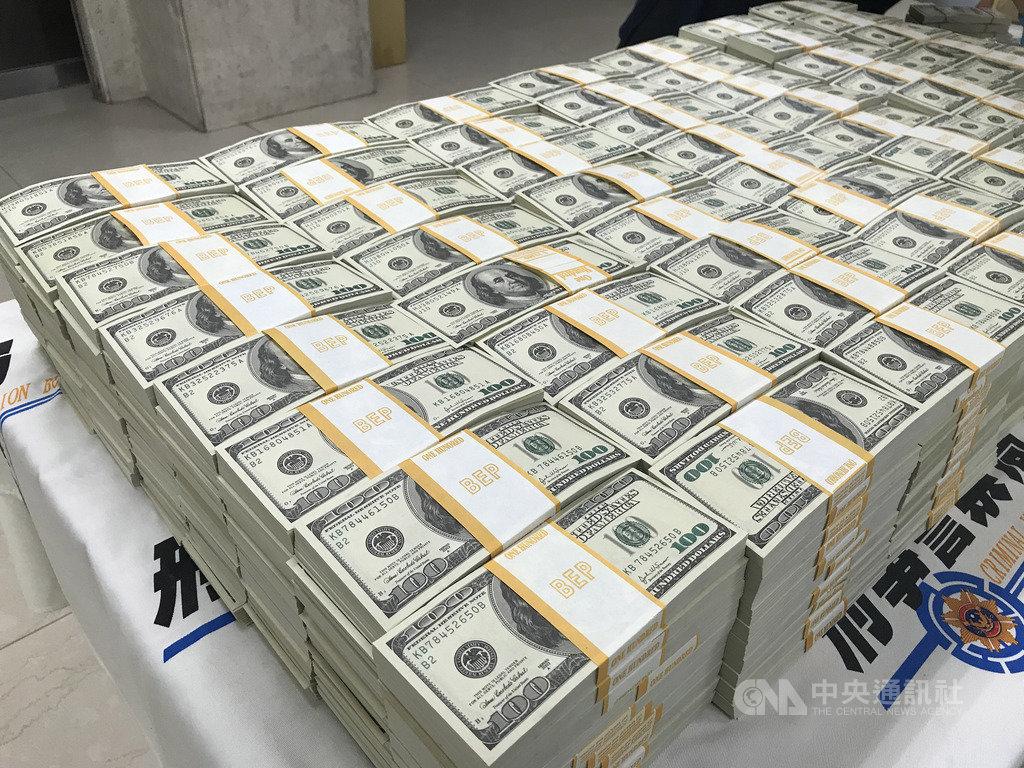 刑事局6日舉行破案記者會,偵七大隊副大隊長徐釗斌表示,今年3月獲報有人販售假美鈔,布線查緝發現一名有印刷背景的廖男涉案,警方日前掌握情資,赴廖男等人在台北住家搜索,除在廖男家中搜出偽造700萬餘美元,其他共犯家中也藏有部分假美鈔,合計約1100萬假美鈔。中央社記者劉建邦攝 108年12月6日