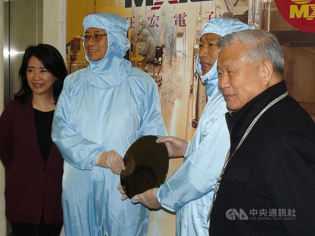 國民黨總統參選人韓國瑜(右2)與副總統參選人張善政(左2)6日參訪旺宏電子,由董事長吳敏求(右1)接待。韓國瑜與張善政兩人試穿無塵衣。中央社記者張建中攝 108年12月6日