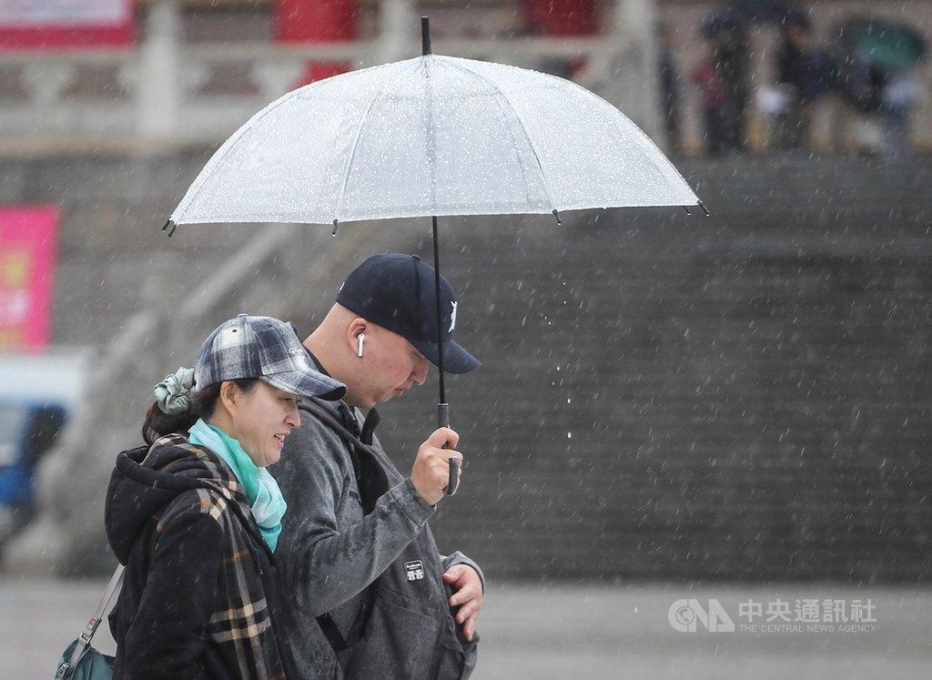 中央氣象局表示,6日東北季風及南方雲系影響持續,依舊濕冷,北部、東北部有機會出現累積性的大雨或豪雨;其他地區有下小雨或飄雨機會。入夜後大陸冷氣團南下,溫度還會再下降,民眾注意保暖。中央社記者裴禛攝 108年12月6日