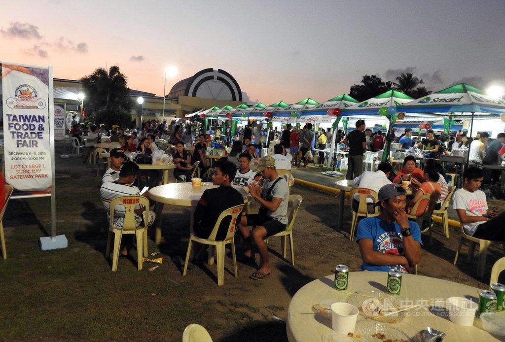 前總統李登輝以南向政策吸引台商赴菲律賓蘇比克灣投資,至今25年。蘇比克灣台商6日到8日首次舉辦台灣美食節,希望藉此推廣台灣美食並與當地員工同樂。中央社記者陳妍君蘇比克灣攝 108年12月6日
