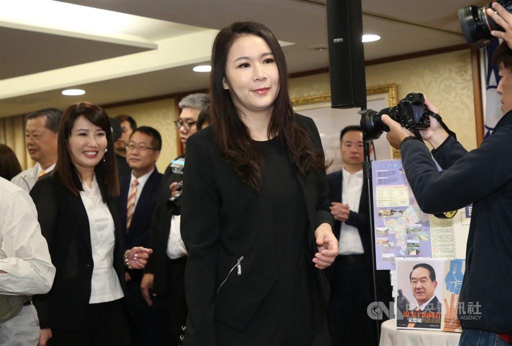 劉宥彤(前)6日表示,不管第三勢力有多少政黨,最重要的目的就是要打破被兩黨把持的現狀。(中央社檔案照片)