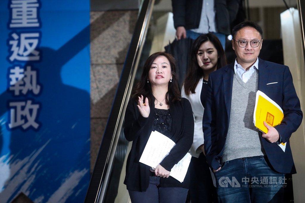 高雄市政府新聞局長王淺秋(左)請辭獲准,6日起正式接任國民黨總統參選人韓國瑜競選辦公室總發言人職務,擔任重砲手的角色。中央社記者吳家昇攝 108年12月6日