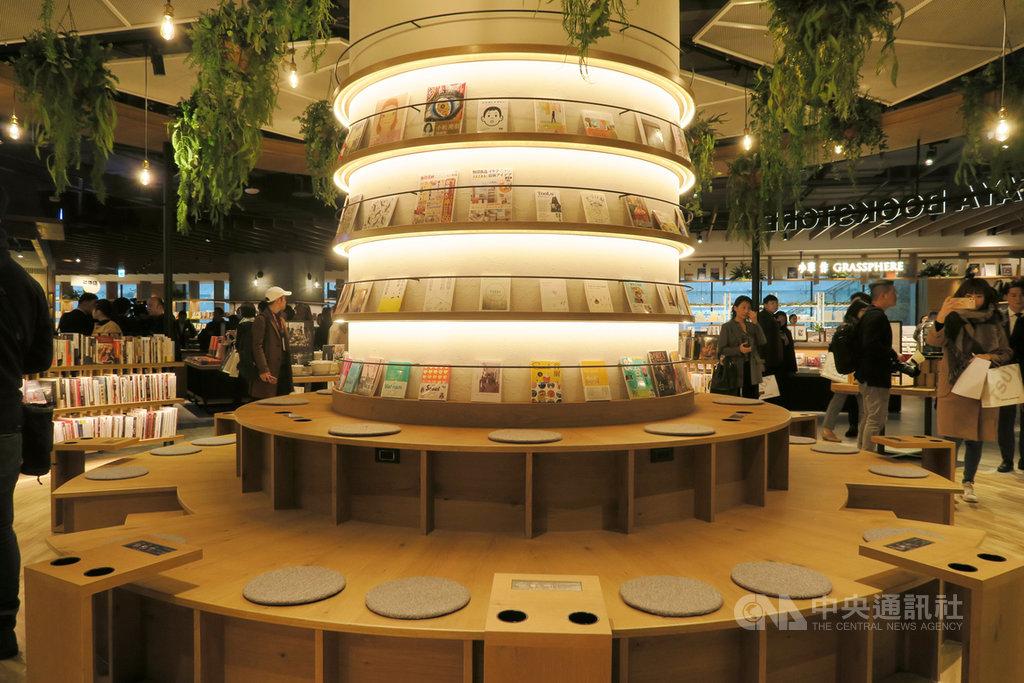 日本蔦屋書店(TSUTAYA BOOKSTORE)被選為世界最美20家書店之一,號稱「全台最大」的蔦屋書店6日在南港盛大開幕,提供讓人放鬆的閱讀環境。中央社記者陳政偉攝 108年12月6日