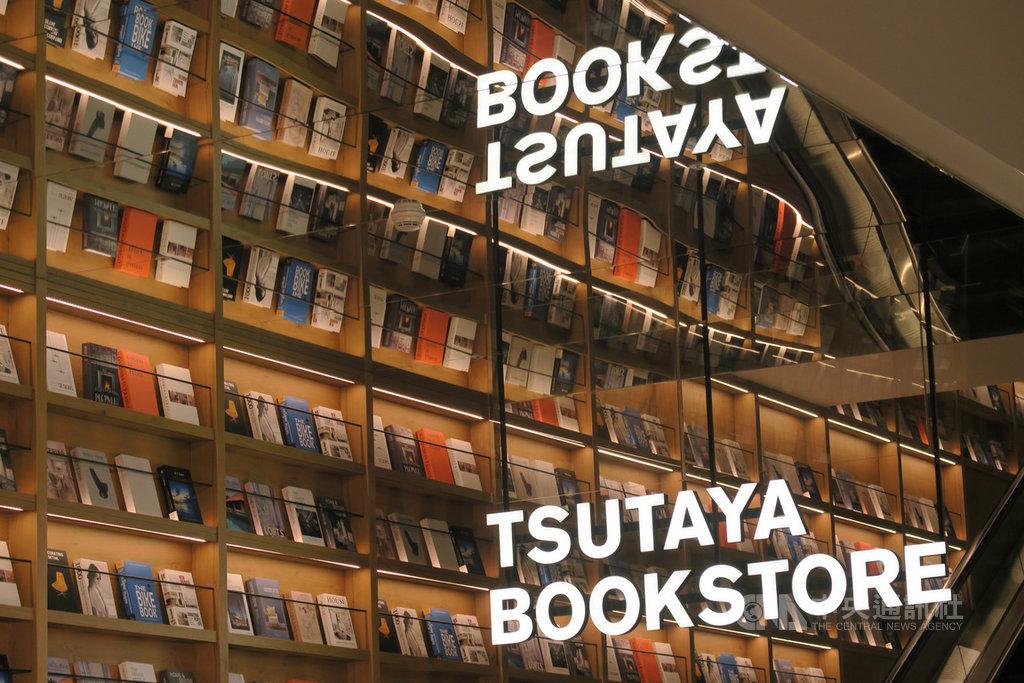 全球最美20家書店之一的日本「蔦屋書店」(TSUTAYA BOOSKTORE)6日在南港開出全台最大店,社長中西一雄表示,希望有機會在台灣開出獨立單一店面。中央社記者陳政偉攝 108年12月6日