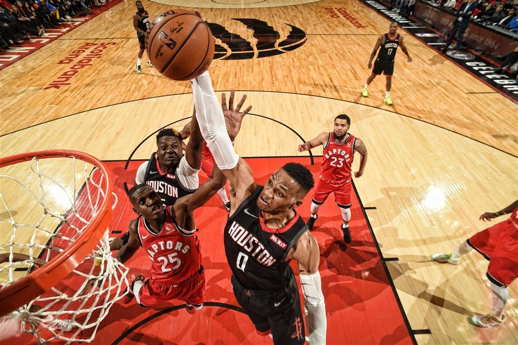 美國職籃NBA的衛斯布魯克(前)5日締造「大三元」,率領休士頓火箭119比109擊敗多倫多暴龍。(圖取自twitter.com/houstonrockets)