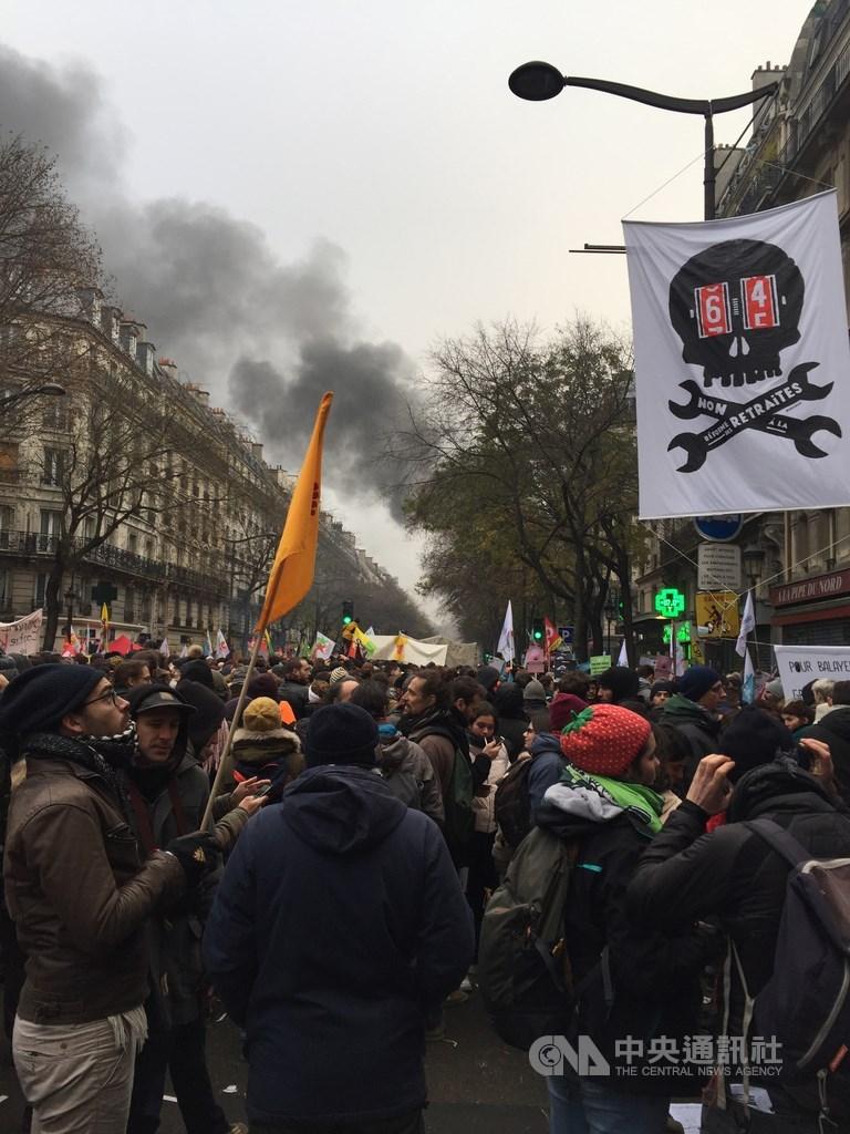 法國歷史性大罷工5日登場,近7萬巴黎人上街抗議。除了各職業工會外,亦有不同人權團體與NGO集結。行至共和廣場時警方開始發射催淚彈,企圖驅散民眾。中央社記者曾婷瑄巴黎攝 108年12月6日