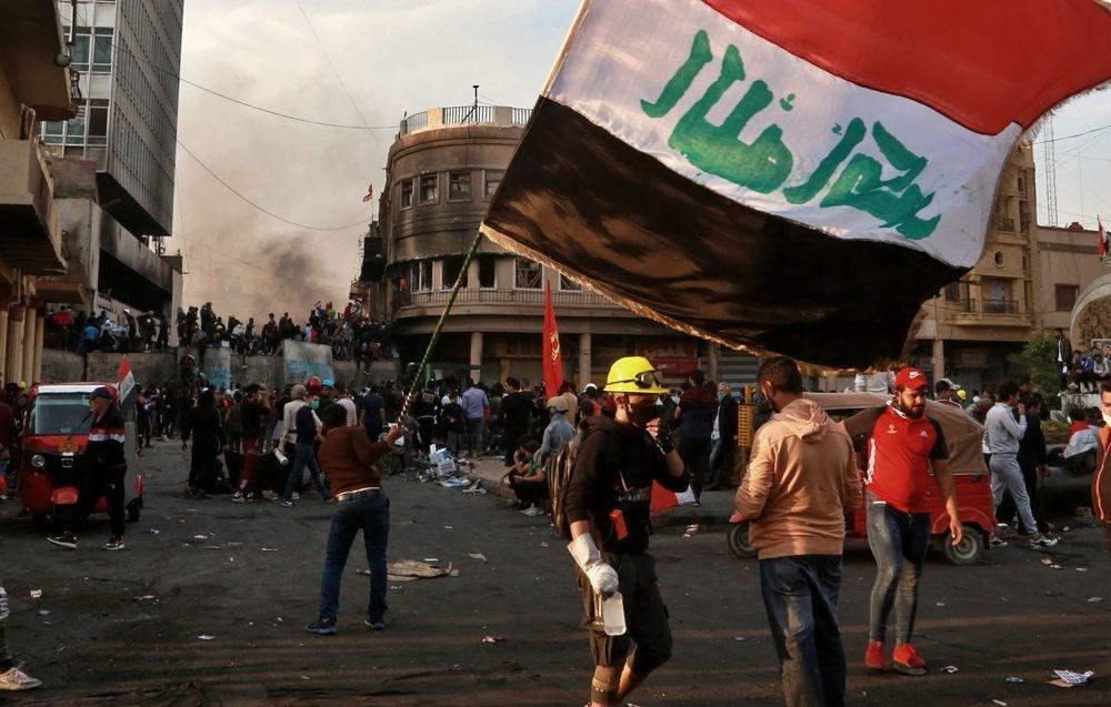伊拉克人民爆發示威抗議潮,在當局鎮壓下,約430人喪生。圖為11月28日伊拉克民眾示威畫面。(美聯社)