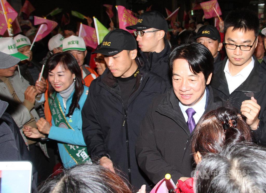 民進黨副總統參選人賴清德(前右)7日晚間到台南市出席黨籍立委參選人林宜瑾(左藍衣者)的永康競選總部成立大會,進場時受到支持者熱烈歡迎。中央社記者楊思瑞攝  108年12月7日