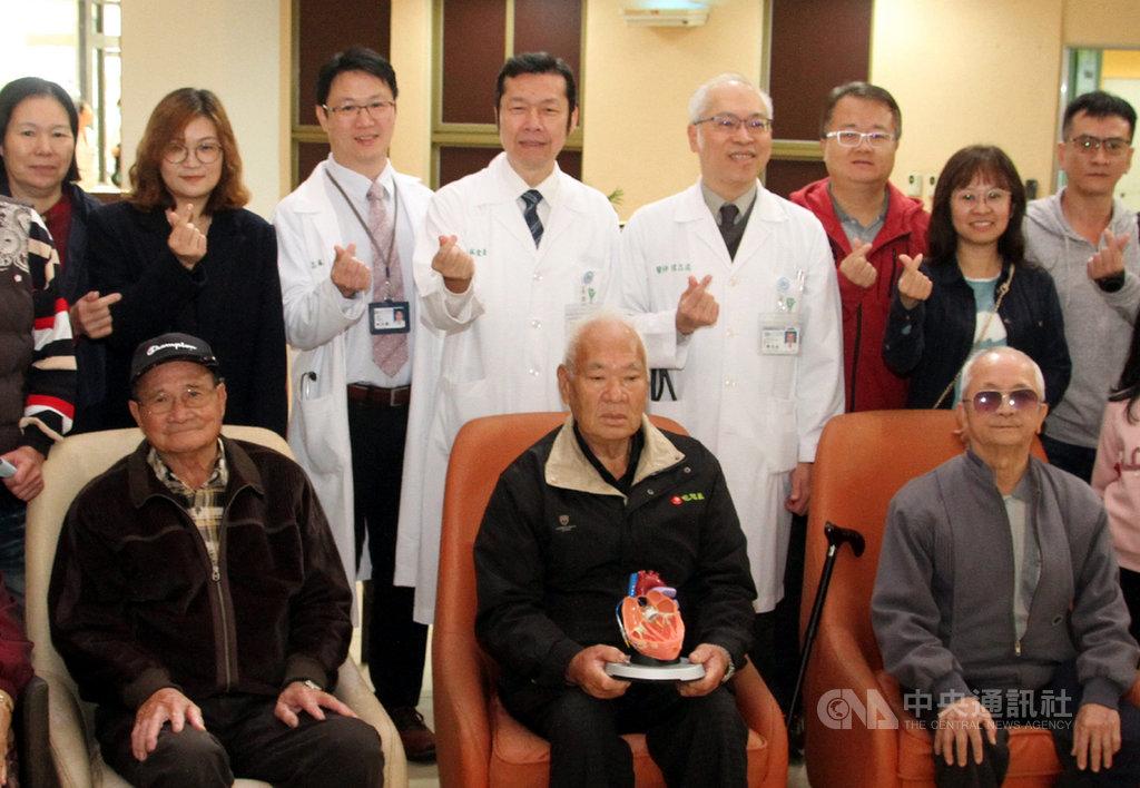 奇美醫學中心7日舉辦經導管主動脈瓣膜置換術病友會活動,邀請病友及家屬參與,安排醫護人員分享相關保健知識。中央社記者楊思瑞攝 108年12月7日
