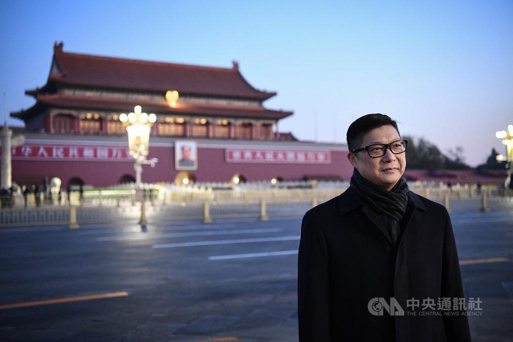 12月7日清晨,香港特區政府警務處處長鄧炳強一行人來到北京天安門廣場觀看升旗儀式。(中新社提供)中央社 108年12月7日