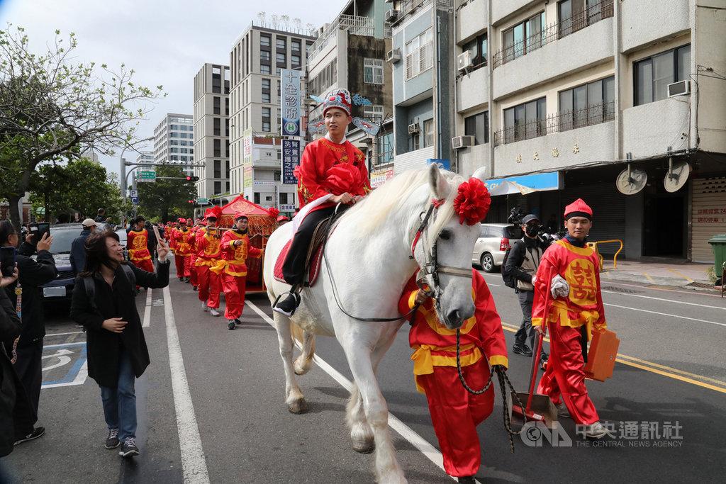 台南市中西區7日舉辦古禮迎親活動,一名新郎騎著白馬帶著大轎,迎親隊伍浩浩蕩蕩長達數百公尺,希望激勵年輕人結婚生子。中央社記者張榮祥台南攝 108年12月7日