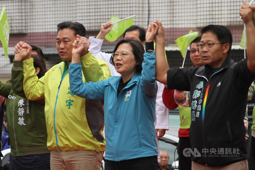 總統蔡英文(前右2)7日到台南市為尋求連任的民進黨籍立委王定宇(前右3)站台,眾人牽手齊呼當選口號。中央社記者楊思瑞攝  108年12月7日