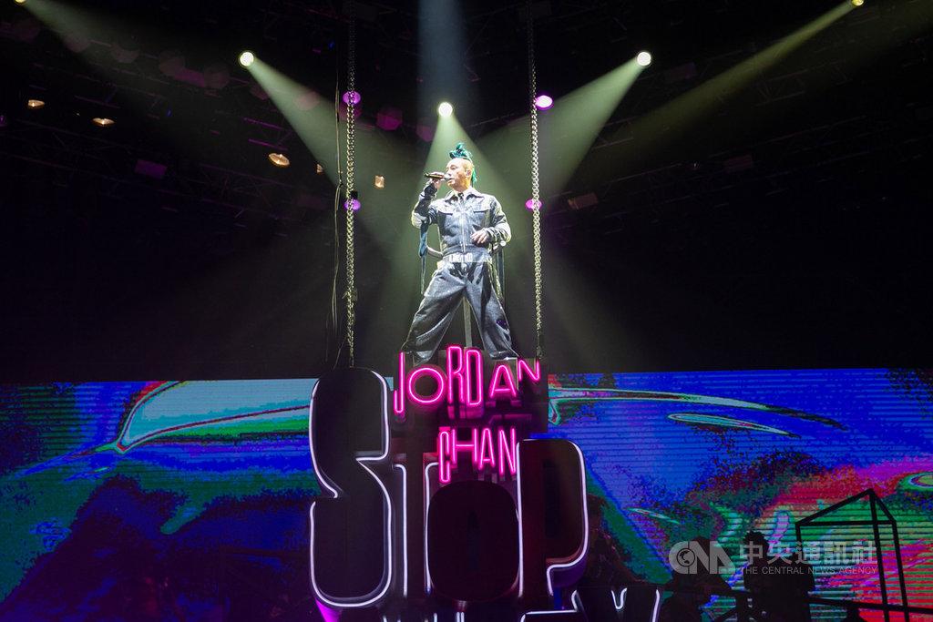 香港歌手陳小春7日在國立體育大學體育館舉辦演唱會,儘管開唱前場館周邊遭噴漆、有人舉旗抗議,依然不影響陳小春演出。(海狸娛樂提供)中央社 108年12月7日