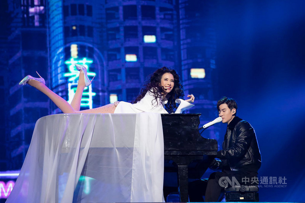 歌手莫文蔚(左)7日晚間在台北小巨蛋開唱,她一身白色女神裝,趴在鋼琴上與嘉賓周興哲(右)嫵媚共演,全場驚呼。(Live Nation 提供)中央社記者陳政偉傳真 108年12月7日
