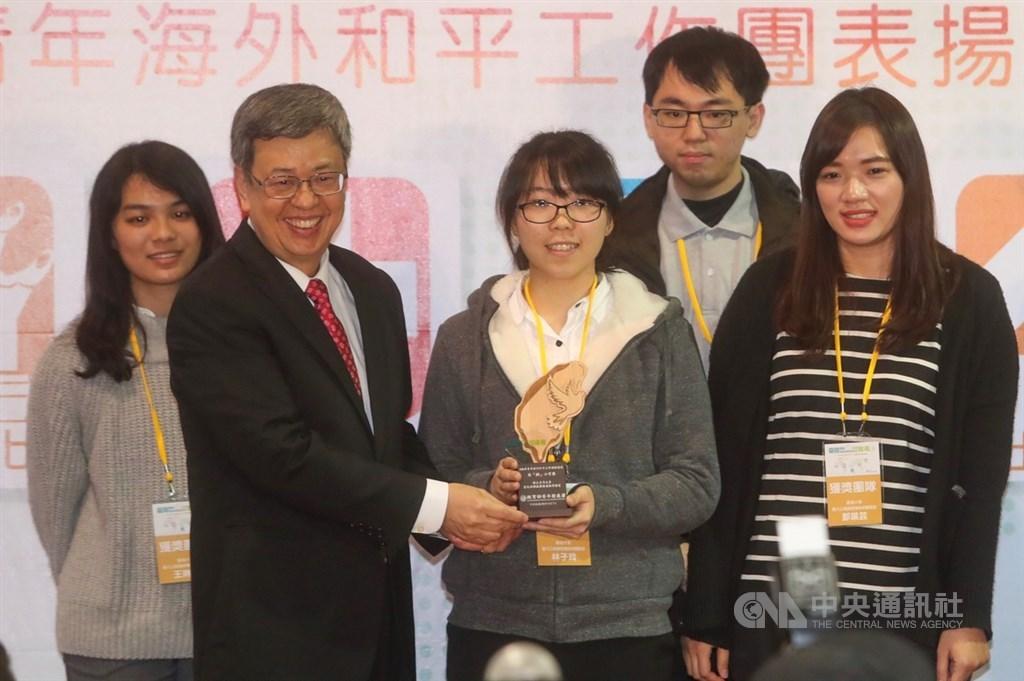 副總統陳建仁(左2)7日下午在台北出席「108年青年海外和平工作團表揚暨博覽會」,頒獎表揚台大公衛蟲媒傳染病實驗室團隊成員。中央社記者吳家昇攝 108年12月7日