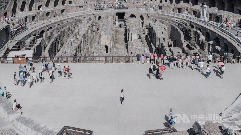 攝影師廖哲毅旅義期間拍攝遊客系列,呈現當地最真實的「遊客風景」,攝影作品在佛羅倫斯雙年展獲首獎。圖為羅馬競技場。(廖哲毅提供)中央社記者鄭景雯傳真 108年12月7日