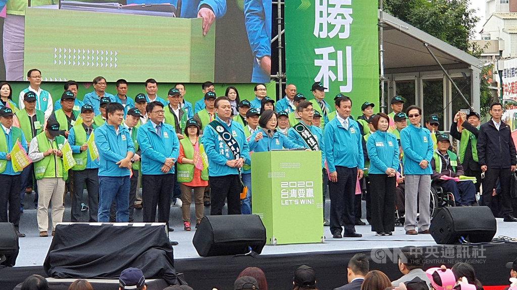 尋求連任的總統蔡英文(前排中)屏東縣競選總部7日上午成立,蔡總統鼓勵大家一定要去投票,展現台灣人顧主權的意志和決心。中央社記者郭芷瑄攝 108年12月7日