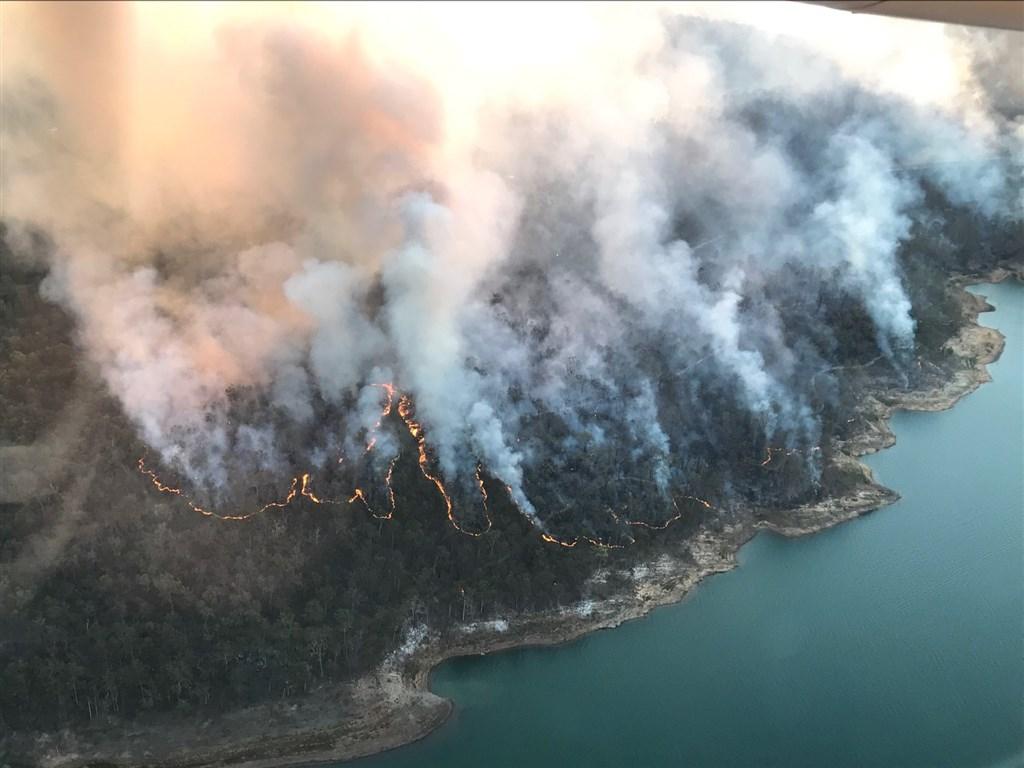 澳洲東部森林大火7日持續延燒,消防當局警告,大火可能直接威脅住在火勢蔓延途徑的居民。(圖取自facebook.com/QldFireandEmergencyServices)