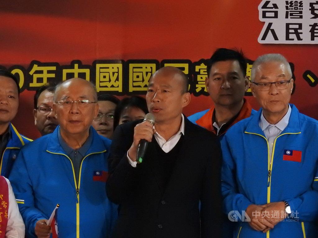 國民黨總統參選人韓國瑜(前中)8日在新北市參加客家後援會成立大會時表示,要發出第3支穿雲箭,號召全世界客家鄉親全力捍衛中華民國。中央社記者王鴻國攝 108年12月8日
