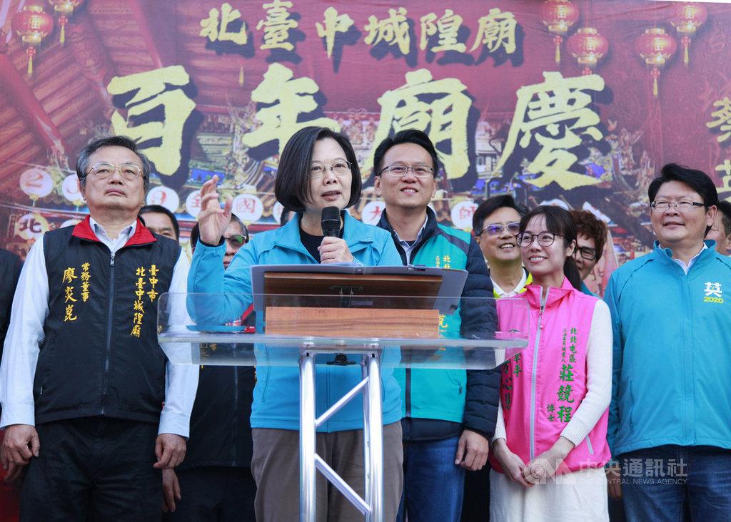 總統蔡英文(左2)8日到台中市北區北台中城隍廟參拜,並為民進黨立委參選人莊競程(左3)站台造勢,同時也呼籲年輕人要出來投票。中央社記者郝雪卿攝 108年12月8日